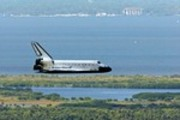 Thumbnail Space Shuttle final approach to Kennedy Space Center , 2002