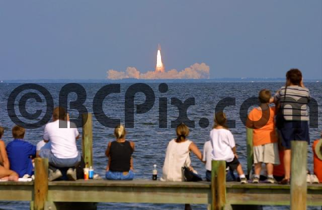 Product picture Viewers watch Space Shuttle Atlantis launch