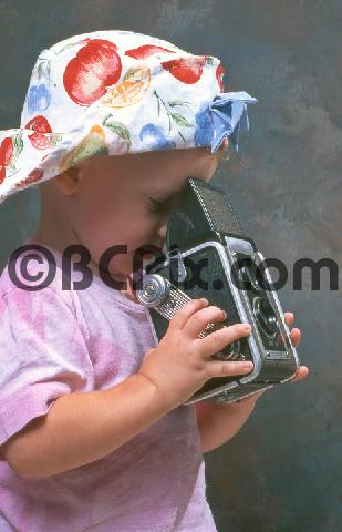 Product picture Toddler takes photo with vintage camera